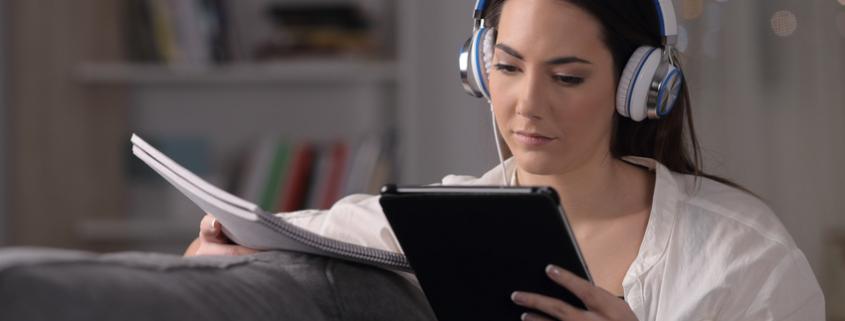 kobieta w caciszu domowym przegląda odręczne zapiski z ekranem tabletu