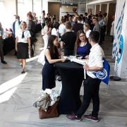 widok korytarza, studenci przed konkursem wiedzy anatomicznej