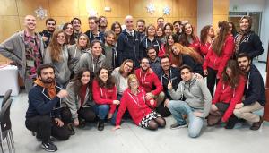 Zdjęcie grupowe Studentów przyjeżdżających w ramach Programu Erasmus+ z Koordynatorem Instytucjonalnym Programu Erasmus+ i zaproszonymi gośćmi.